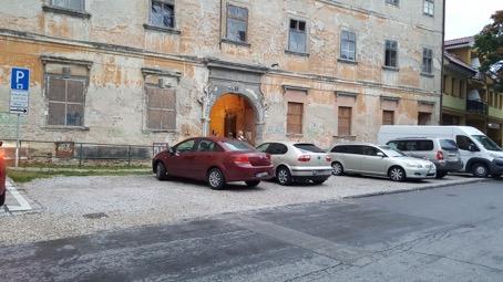 platené parkovacie miesta na spevnenom povrchu
