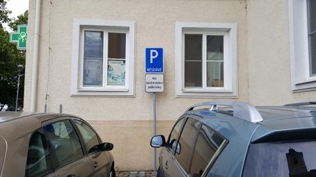 vyhradené parkovacie miesta pre návštevníkov polikliniky