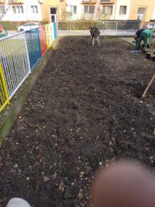 Moderny Samorin pre vsetkych skolsky dvor Zakladna skola Mateja Bela komunita dobrovolnictvo brigada stromy