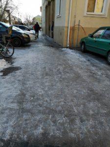 Moderny Samorin pre vsetkych zladovateny chodnik zimna udrzba nemocnica poliklinika Jesenius mestsky podnik AREA